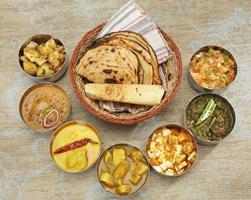 Gruppe von indischem Essen oder nordindischem Thali foto