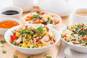 asiatisches Mittagessen - gebratener Reis mit Tofu, Nudeln, Gemüse