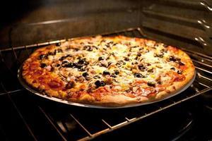 Pizza im Elektroofen foto