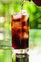 Cola einschenken foto