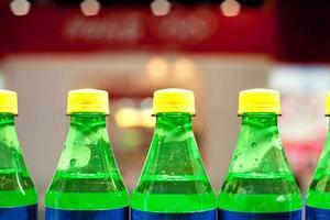 ein paar Flaschen kohlensäurehaltige Getränke foto