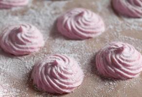 leckeres hausgemachtes rosa Zephyr süßes Dessert. kalorienarmes diätetisches Essen foto