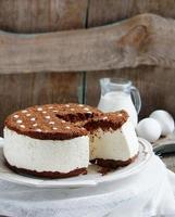 Souffle Cake mit Sahne und Schokoladenkekskrümel foto