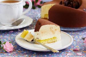 eleganter Schokoladensouffle-Kuchen bedeckt mit Schokoladenvelours, foto