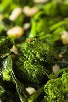 hausgemachte sautierte grüne Brokkoli Rabe foto