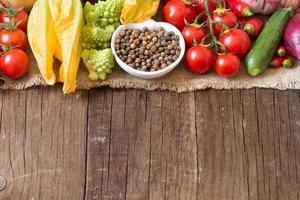 rohe Bio-Roveja-Bohnen und Gemüse foto