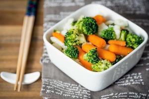 Schalen mit verschiedenen Gemüsesorten foto