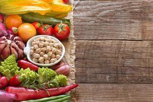 getrocknete Bio-Kichererbsen und Gemüse foto