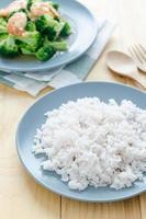 Bio-Reis auf Holztisch mit Brokkoli foto