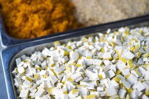 Tofu in Scheiben schneiden, chinesischer gesalzener Rettich, Erdnusspüree foto