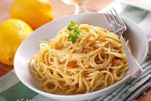 Spaghetti mit Zitrone foto