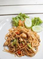 Spaghetti mit thailändischer Sauce mit Hühnchen foto
