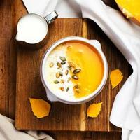 Kürbissuppe mit Schlagsahne und Samen in einem Weiß foto