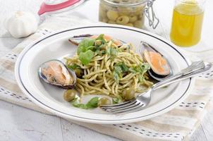 grüne Lippenmuscheln mit Spaghetti foto