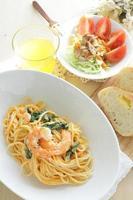 Cremige Spaghetti mit Garnelen und Spinat foto