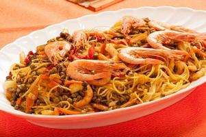 Spaghetti mit Garnelen und Gemüse foto