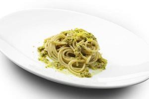 Spaghetti mit Sardellen und Zitronenpistazien foto