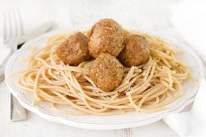 Fleischbällchen mit Spaghetti in weißem Teller foto