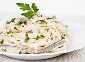 Fettuccine Carbonara in einer weißen Schüssel foto