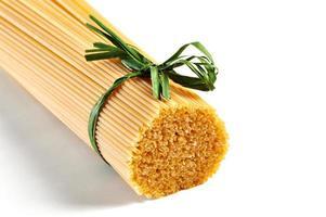 Spaghetti mit grünem Band gebunden foto