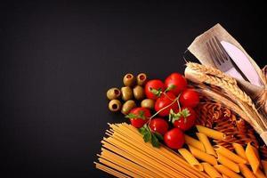 saisonaler schwarzer Tisch mit Nudeln und Besteck foto