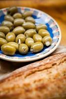 Tapas und Baguette mit grünen Oliven foto