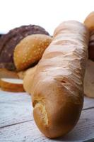 Baguette und handgemachtes frisches Brot foto