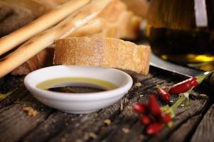 italienische Vorspeise aus Brot Olivenöl und Balsamico-Essig foto