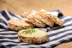 Nahaufnahmebild eines köstlichen Brotes mit Butter foto