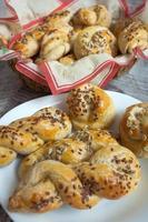 gebackene Brötchen mit Sesam foto