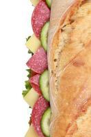 Draufsicht auf ein Sub-Sandwich mit Salami foto