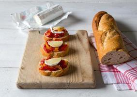 Bruschetta mit Paprika und Ziegenkäse foto