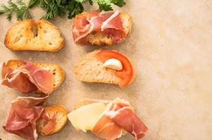 verschiedene Tapas mit Fleisch, Käse und Gemüse foto