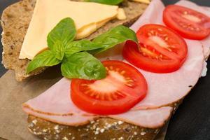 Sandwich mit Avocado und Zitrone foto