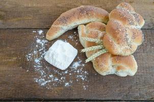 Brötchen und Brötchen aus einer kleinen Bäckerei foto