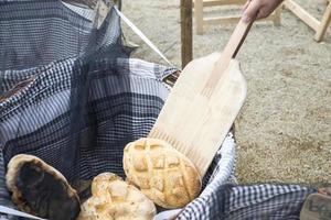 Korb mit warmem Brot foto