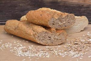 Brot und Körner auf hölzernem Hintergrund foto