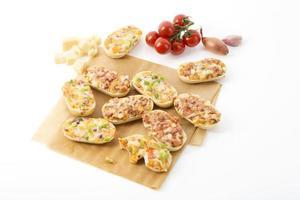 Baguette-Brötchen mit Käse und Chili, Wurst und Zwiebeln foto