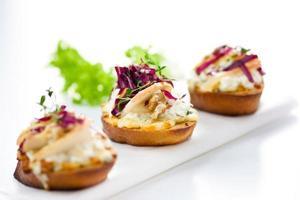 italienische Vorspeise Crostini mit Birne, Radicchio und Käse foto