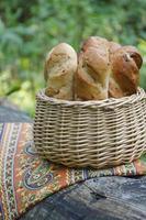 Baguettes mit gebratenen Zwiebeln in einem Weidenkorb