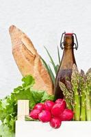 frische Lebensmittel von einem Bauernmarkt foto