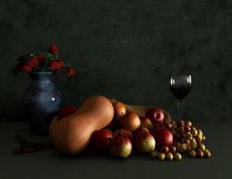 Blumen, Weinkelch und Früchte Stillleben