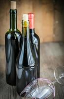 Flaschen mit Rotwein foto