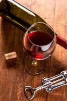 Rotwein in Vintage-Umgebung foto