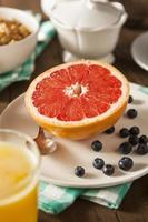 gesunde Bio-Grapefruit zum Frühstück foto