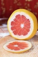 Grapefruit auf den Tisch schneiden foto