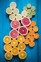 Zitrusfrucht halb geschnitten auf lebendigem Hintergrund foto