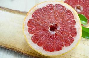 geschnittene Grapefruit auf einem Holzbrett foto