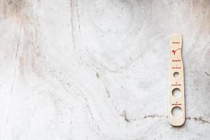spaghetti portionierer auf marmorplatte foto