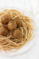 Spaghetti mit Fleischbällchen auf Teller foto